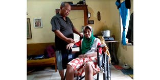 Lansia 60 Tahun Ini Jualan Koran Dan Rawat Istri Sakit Stroke