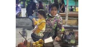 Ibu Penjual Buah Berjuang Sendiri Hidupi 2 Anak Dan Orang Tua