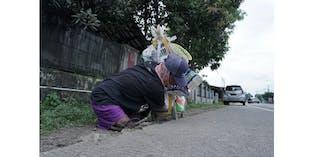 Bapak Disabilitas Tetap Menyusuri Jalan Demi Nafkahi Anak Istri